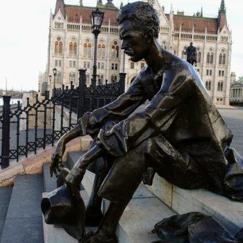 budapest-jozsef-attila-szobor-parlament-orszaghaz-kossuth-ter-csodalatosbudapest